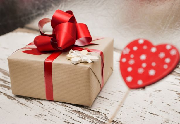christmas-present-kraft-paper-red-bow-heart
