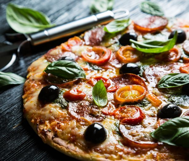pizza olives tomatoes basil